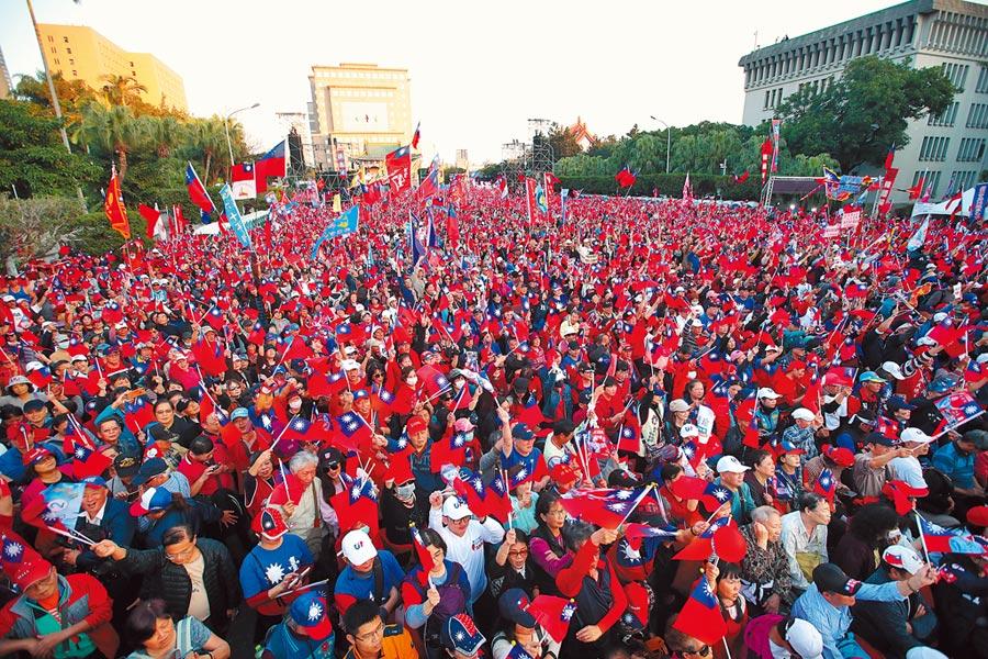 國民黨總統候選人韓國瑜9日在凱達格蘭大道舉辦「台灣安全,人民有錢」勝利晚會,聚集百萬庶民相挺。(鄭任南攝)