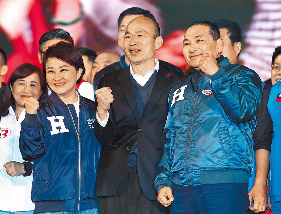 國民黨總統候選人韓國瑜(中)9日在凱達格蘭大道舉辦「台灣安全,人民有錢」勝利晚會,聚集百萬庶民相挺。台中市長盧秀燕(左)、新北市長侯友宜(右)同台合體,展現大團結。(姚志平攝)