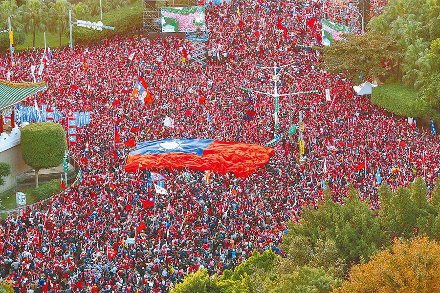 國民黨9日在總統府前的凱達格蘭大道舉辦「台灣安全,人民有錢」凱道勝利晚會,傍晚6點不到,景福門現場已塞滿熱情民眾。(本報系資料照)
