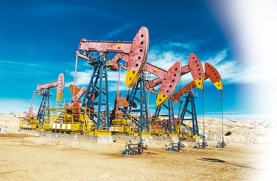 大陸青海油田英東油田內正在作業的鑽井機。(中新社資料照片)