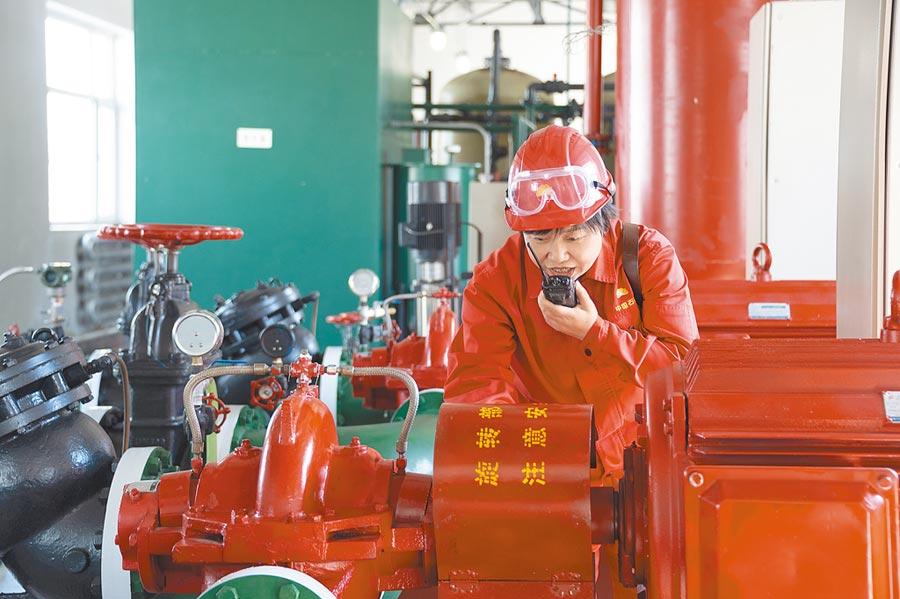 黑龍江大慶油田油氣加工隊工人在進行巡查。(新華社資料照片)
