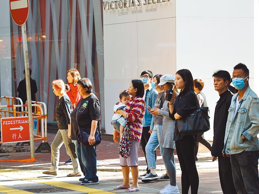 1月8日,香港有市民戴口罩出行,預防疾病。(中新社)