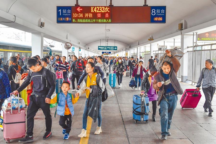 1月9日,春節臨近,廣州站出行旅客增多。(中新社)