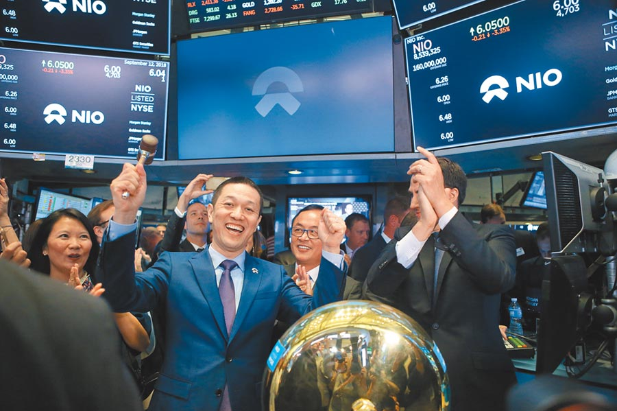 2018年9月12日,蔚來汽車創始人、董事長李斌(前左)在美國紐約證券交易所慶祝蔚來汽車完成第一筆股票交易。(新華社)