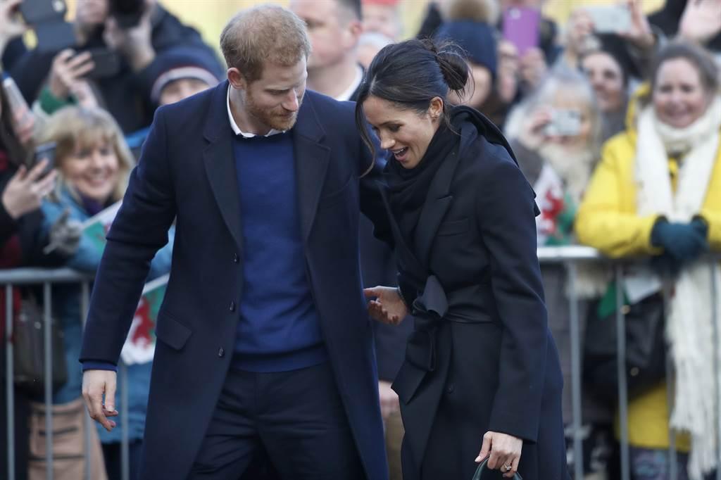 哈利王子與妻子梅根8日投下震撼彈,自行宣布退出資深王室成員身分,父親查爾斯王子對此震怒,威脅若兩人完全拋棄王室責任,將斷絕對兩人的金援。圖為哈利王子與梅根。(美聯社)