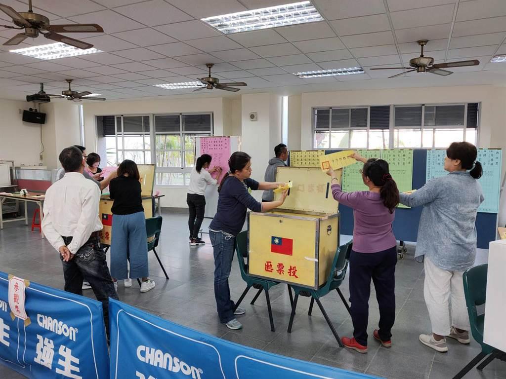 選舉投票結束後,台南市部分投開票所同步展開總統、立委開票、計票工作。(洪榮志攝)