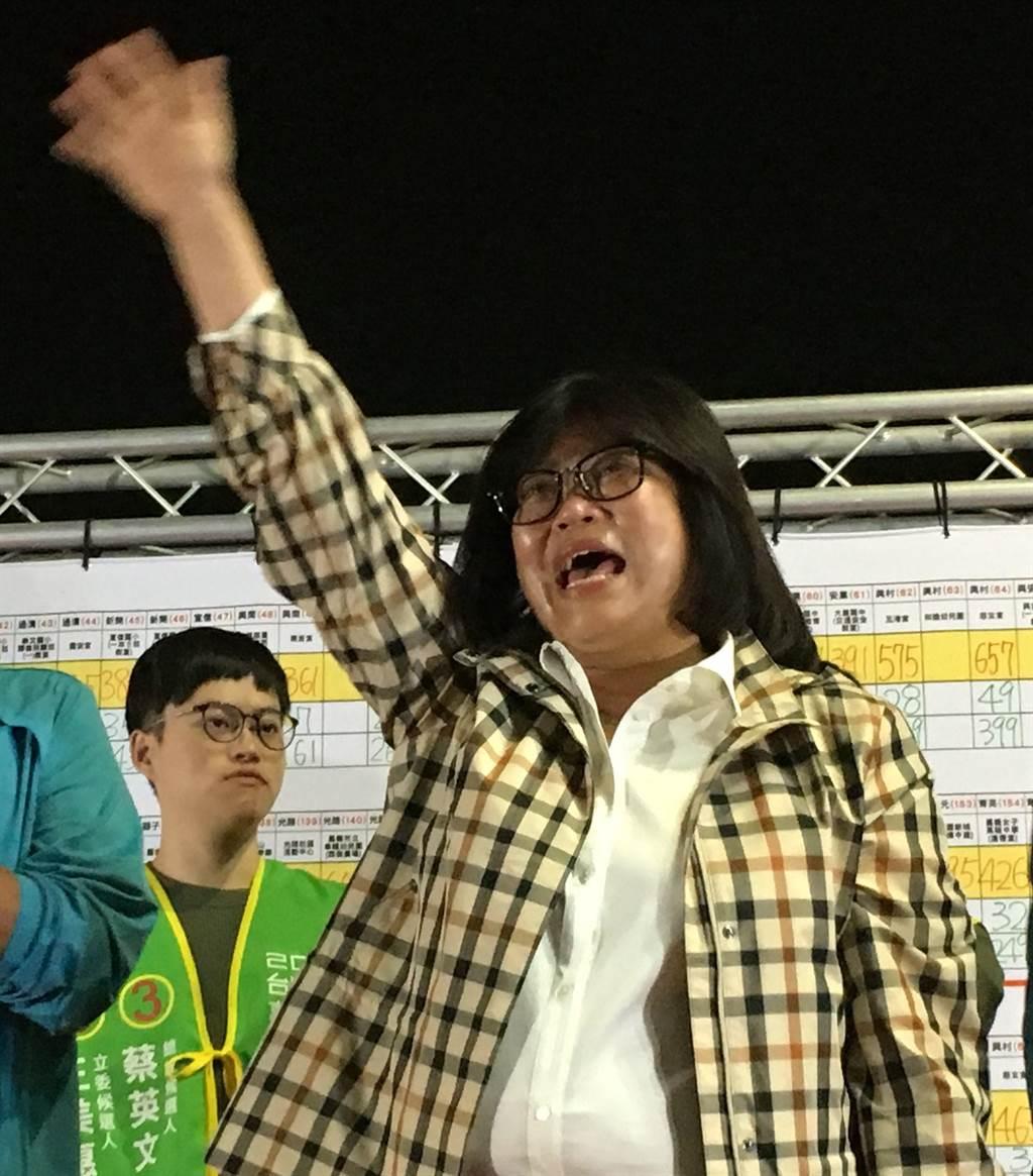 民進黨王美惠獲知當選立委,欣喜若狂,激動落淚。(廖素慧攝)