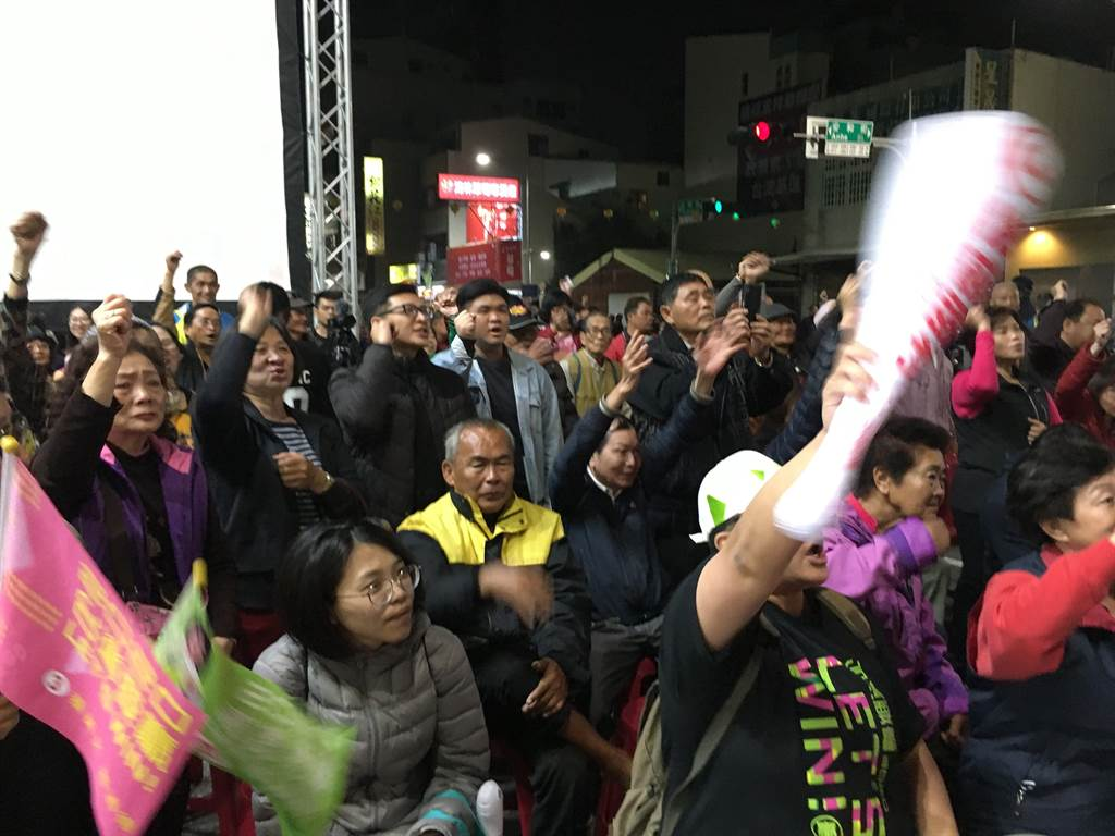 王美惠競總的支持者歡騰不已。(廖素慧攝)