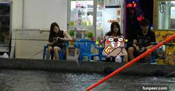妹子釣蝦場開腿「手抓海鮮」 網笑:改釣X魚了