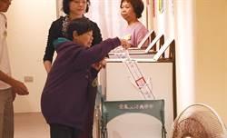搭夜車回台東!陳樹菊現身投票:很高興