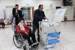陳超明陪百歲母親投票 讚無障礙空間友善