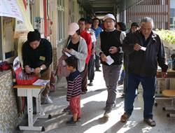 民眾湧出投票 運動戰衣穿著來