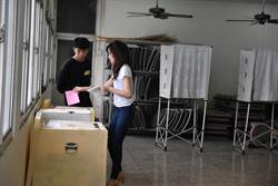 韓冰陪父親及許淑華投票後 舅舅陪她回古坑投票