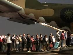空軍加派運輸機載運投票結束返鄉民眾