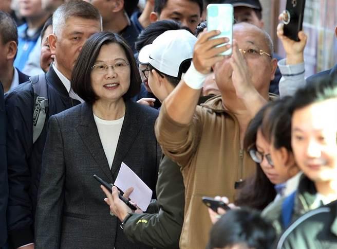 蔡英文總統(左)11日前往位於新北市永和區秀朗國小的投票所投票,排隊時與民眾話家常,部分選民趁機拿起手機拍照。(姚志平攝)