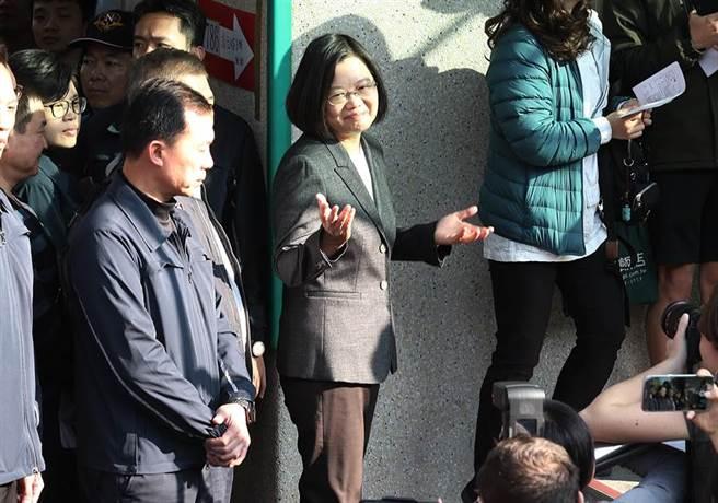 對於媒體詢問某些選舉問題,蔡雙手一攤表示不方便回答。(姚志平攝)