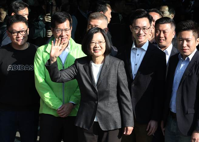 蔡英文總統(中)11日前往位於新北市永和區秀朗國小的投票所投票並向媒體揮手致意。(圖/姚志平攝)