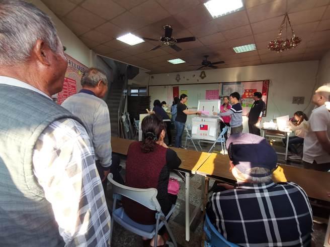官田東西庄鄉親到惠安宮旁投票所觀看開票。(劉秀芬攝)