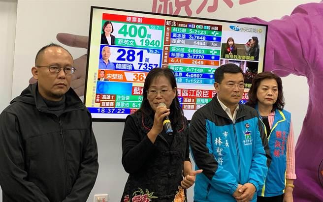 謝淑亞(左二)自行宣布敗選。(周麗蘭攝)