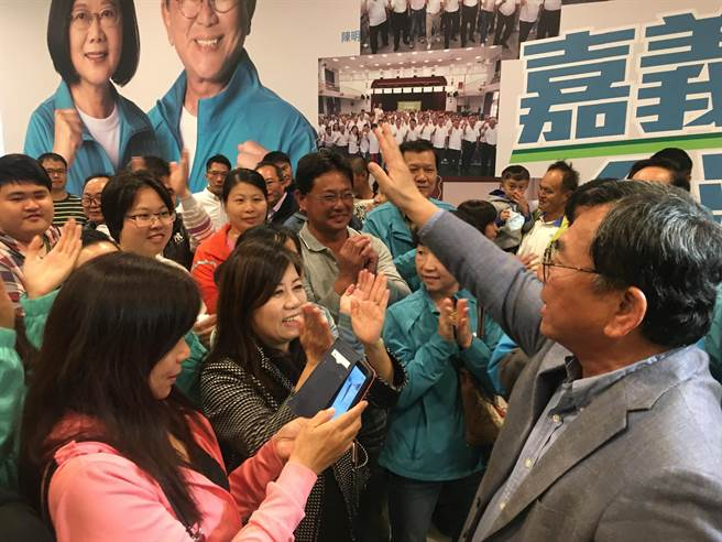陳明文在競選總部向支持者致意,感謝大家大力支持。(張亦惠攝)