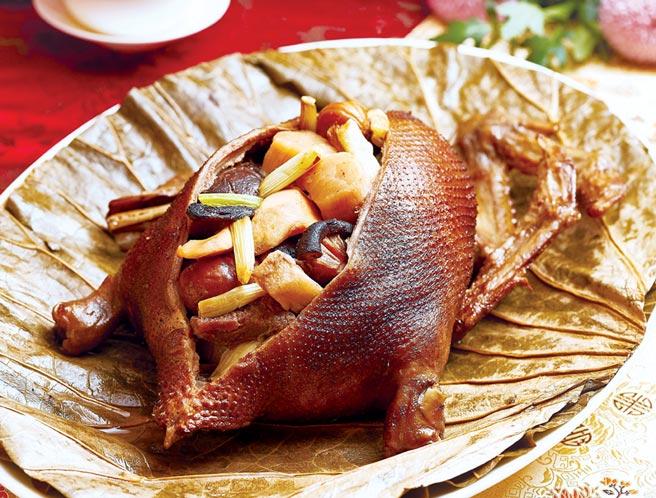 台北西華飯店〈秘製爐烤八寶鴨〉,是以櫻桃鴨作鴨胚,醃漬、填餡,淋上花雕酒再包覆荷葉,高溫爐烤而成,圖/台北西華飯店