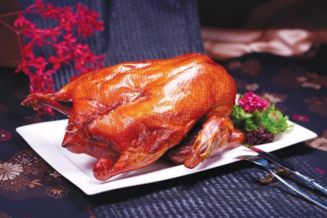 台北國賓飯店年菜新品〈燒鵝〉,皮酥肉豐且多汁,上桌很澎湃。圖/台北國賓飯店