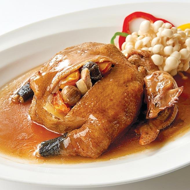 雞有「起家」意涵,台北福華飯店今年推出〈八寶布袋金雞〉搶市。圖/台北福華飯店