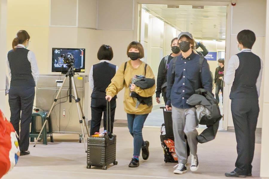 武漢肺炎已1人死亡。圖為疾管署在機場進行發燒篩檢的情形。(本報資料照片)