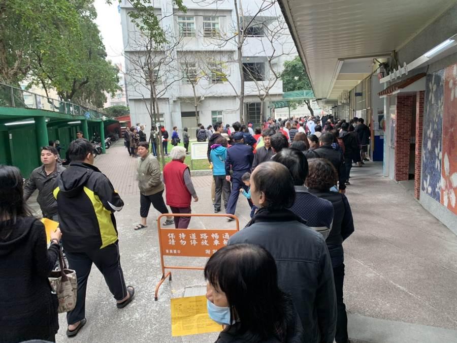 圖為中壢東興國中投票所,有民眾表示,排隊投票完成約花40分鐘。(讀者提供)