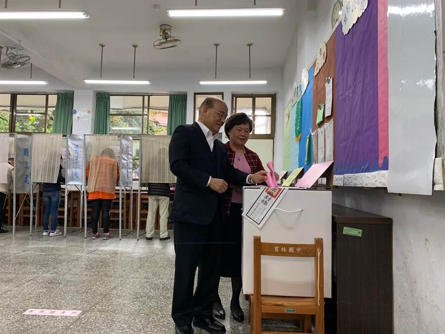 蘇貞昌偕妻子詹秀齡上午8時前往樹林育林國小投票。(許哲瑗攝)