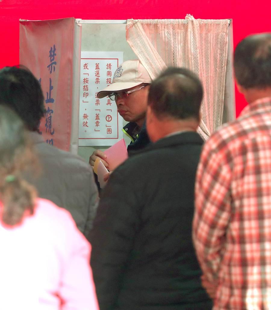 在新北汐止的一處投票所,民眾一早就在投票所外排隊,進行投票。(鄭任南攝)