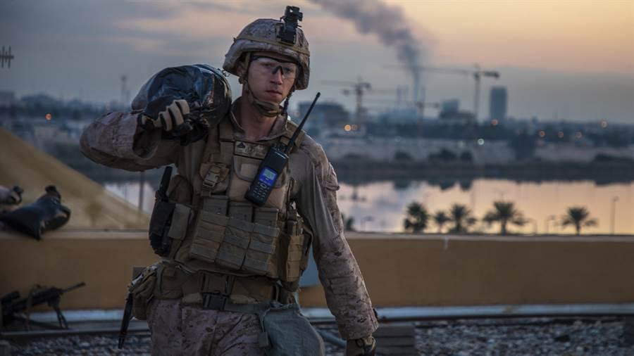 伊拉克總理馬蒂向美國國務卿蓬佩奧話中提出要求,盡速派代表團來談美軍撤軍相關機制,但一要求已遭美方拒絕。圖為駐伊拉克的美國海軍陸戰隊士兵。(美聯社)