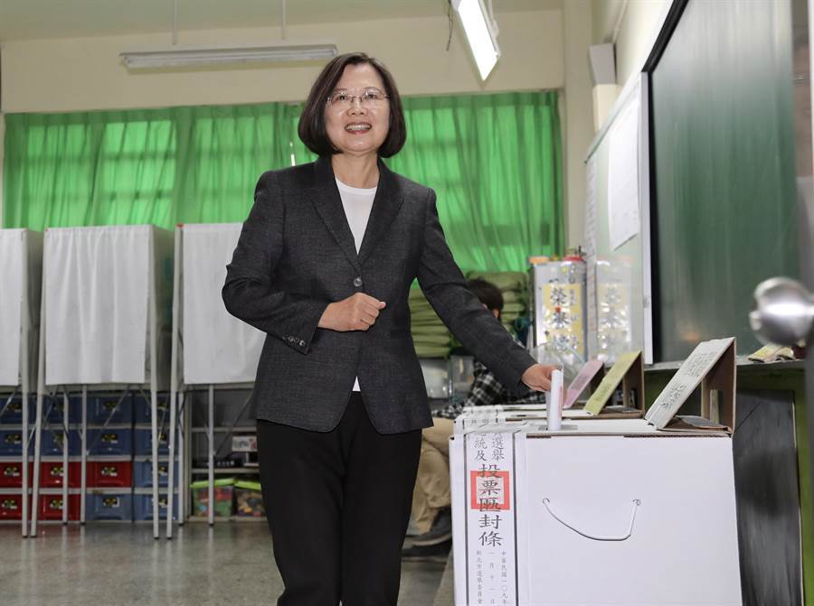 蔡英文總統11日前往位於新北市永和區秀朗國小的投票所投票。(台北市攝影記者聯誼會提供)