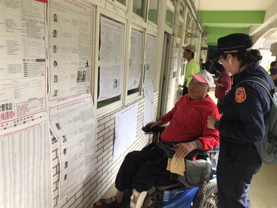 長輩們到投開票所需要協助,可請值勤警察幫忙。(平鎮警分局提供/邱立雅桃園傳真)