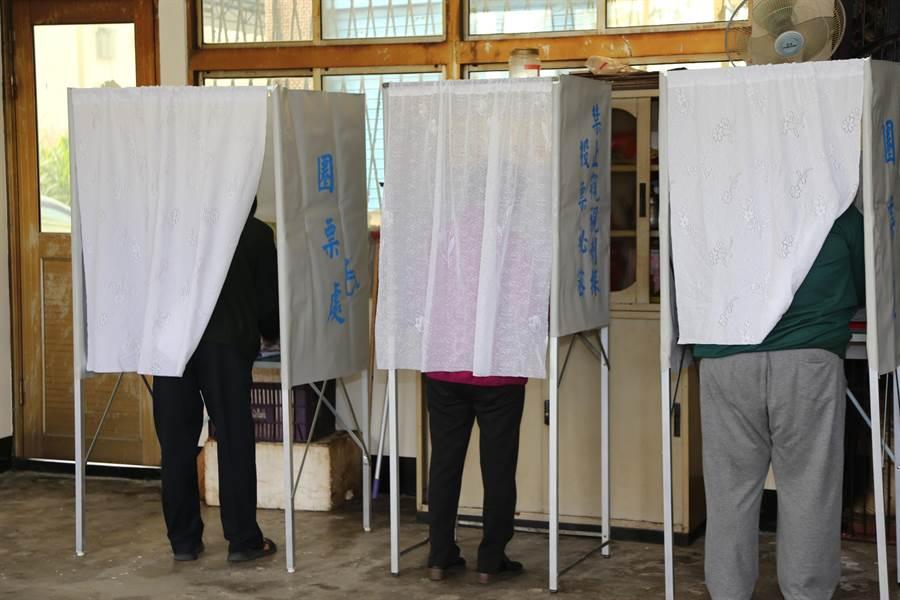 嘉義縣上午傳出有老翁亮選票情況,被依違反選罷法偵辦。(嘉義縣政府提供/呂妍庭嘉義傳真)