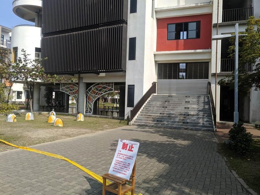 新營區新東國中投票所出現老嫗不慎損毀政黨票事件。(莊曜聰攝)