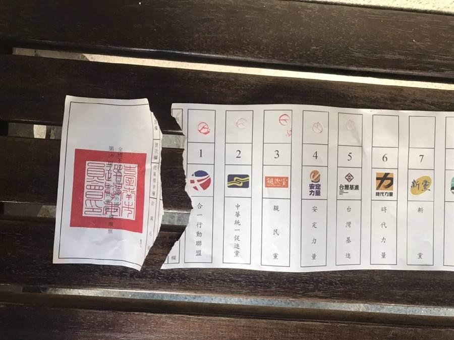 由於政黨票太長,老嫗投票時不慎將票刮破。(翻攝照片)