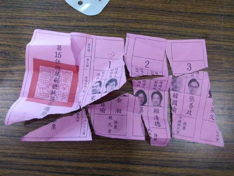 柳營沈姓女子投錯票後,情急下把選票撕毀。(翻攝照片)