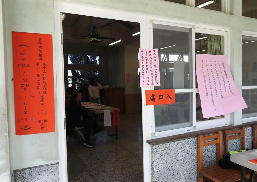 ▲埔里鎮大成國中的第128號投開票所,發生越南籍新住民誤將私章蓋在選票上,並將選票撕毀,被依法究辦。(楊樹煌攝)