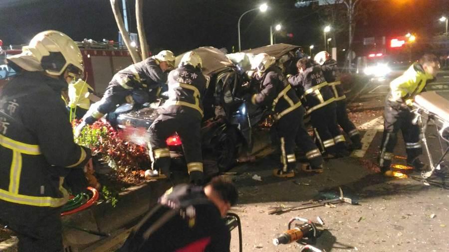 新北市鶯歌區今凌晨1時許驚傳死亡車禍。(民眾提供/許哲瑗新北傳真)