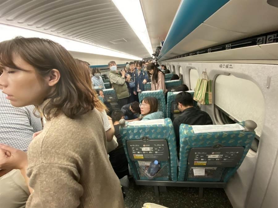 高鐵132車次11日下午從左營北上南港,車上有一名韓國女乘客突然昏倒,引起車上其他乘客關心。(蔡水星攝)