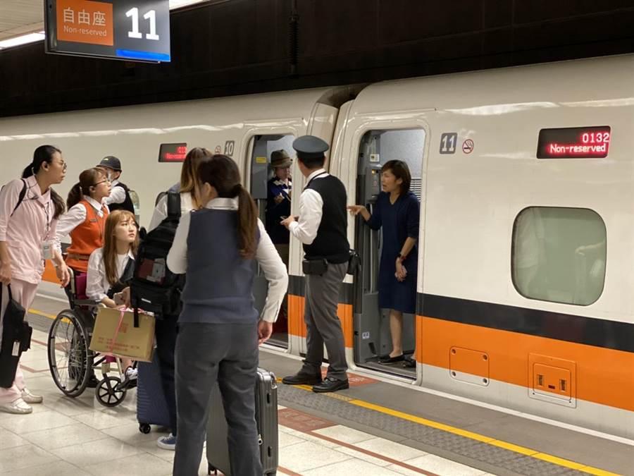 高鐵132車次11日下午從左營北上南港,車上有一名韓國女乘客突然昏倒。(蔡水星攝)