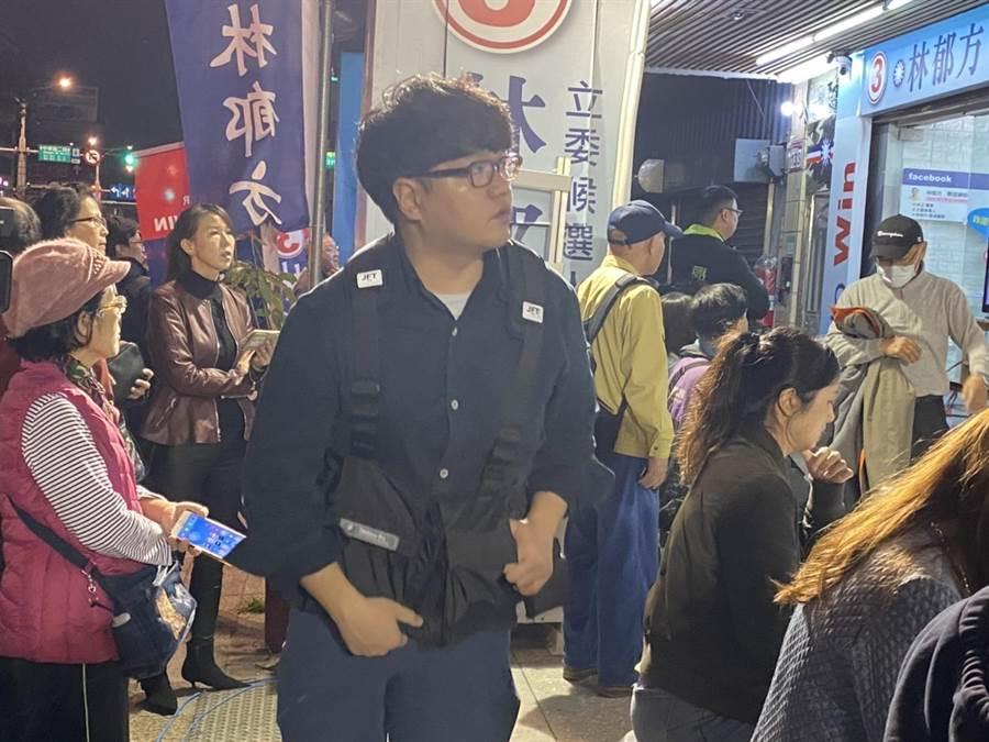 林郁方競選總部擠滿人潮,關注開票結果,選情膠著。(游念育攝)
