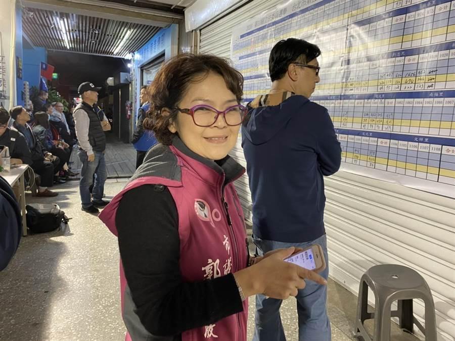 議員郭昭巖一早就到林郁方競選總部觀看開票結果,心情相當緊張。(游念育攝)