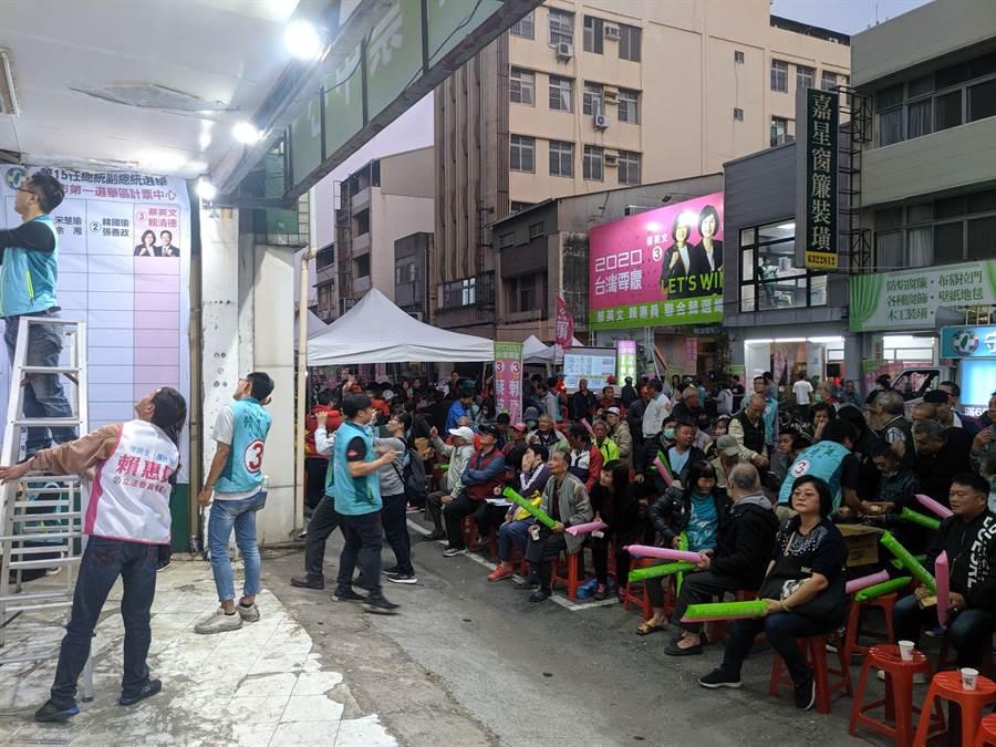 民進黨南市第一選區立委候選人賴惠員競選總部擠滿支持者。(莊曜聰攝)