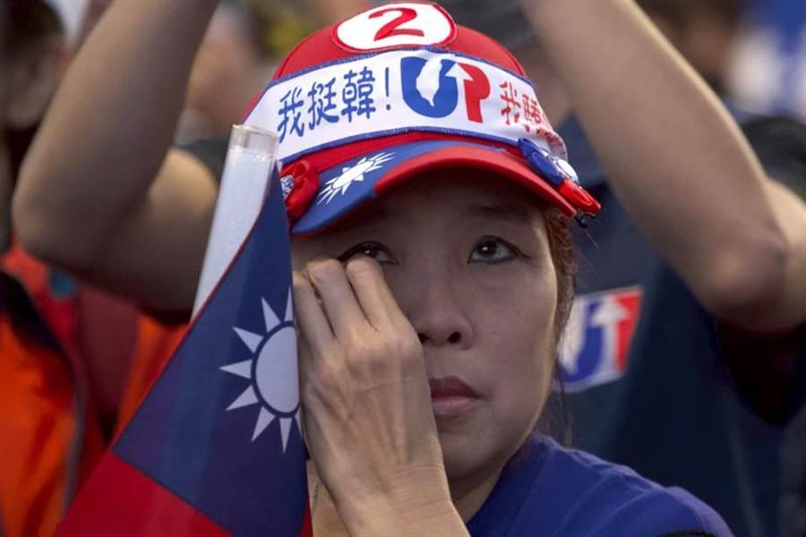 台灣11日舉行總統大選,初步開票顯示,民進黨總統候選人蔡英文一路領先,忠實韓粉不禁失望落淚。(美聯社)