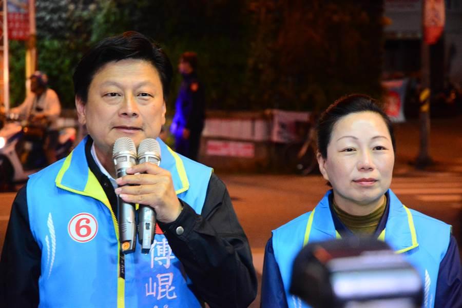 傅崐萁挑戰成功,偕同妻子花蓮縣長徐榛蔚向支持者致意。(王志偉攝)
