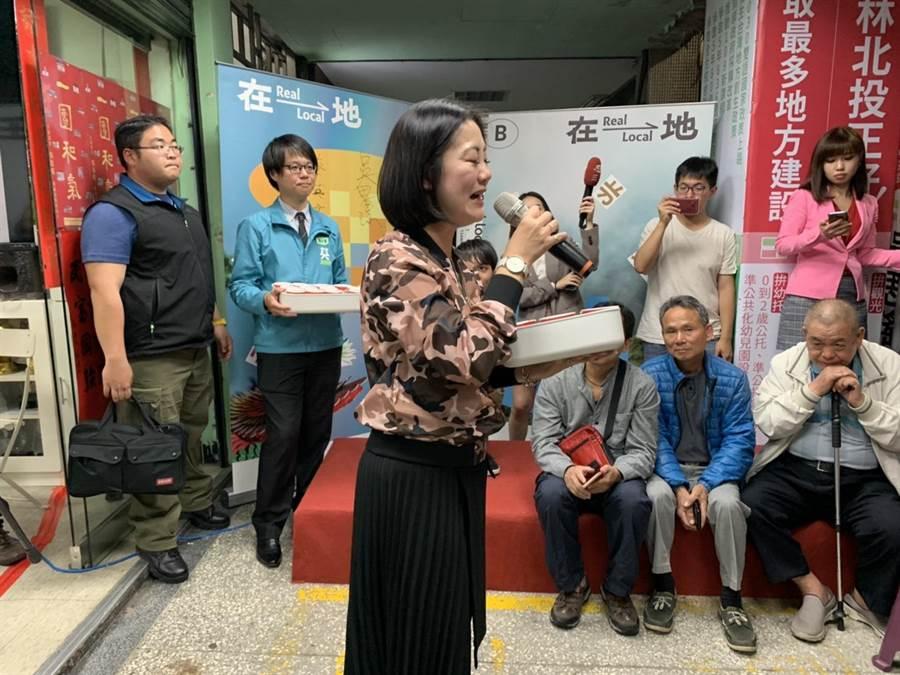 民進黨立委候選人吳思瑤總部自行計票,11日晚間8點自行宣布當選。(張薷攝)