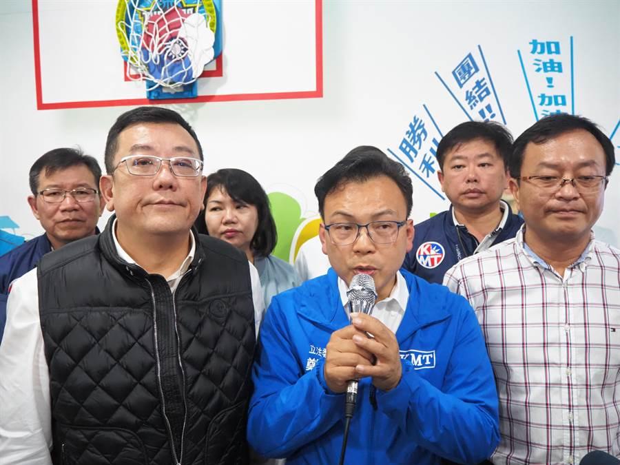 鄭正鈐(中)今晚7點50分在開出8成票匭勝出1 票之後,於議長許修睿(左)、副議長余邦彥等多人陪同下宣布當選。(陳育賢攝)