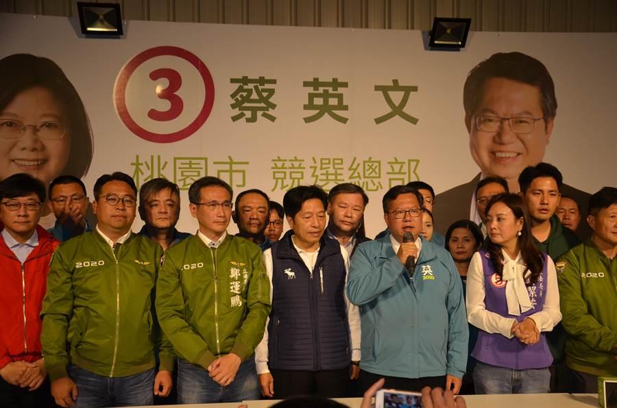 民進黨立委當選人黃士杰(左三)、鄭運鵬(左五)及無黨籍的趙正宇(左一)在桃園市預估可以拿下3席,桃園市長鄭文燦(右六)居功厥偉。(賴佑維攝)